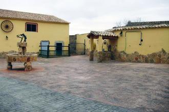 A una hora de Valencia, nuestra casa rural dispone de seis habitaciones con vista al patio, cocina completamente equipada y una variedad de modernos servicios que amenizarán su estancia. Disfrutar de